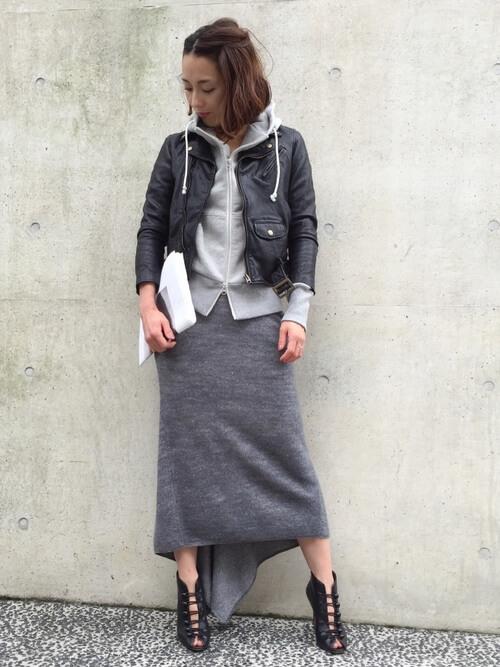 ライダース×パーカーとタイトスカートのコーデ画像
