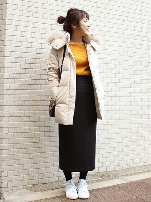 黒タイトスカート×ベージュダウンコートのコーデ画像