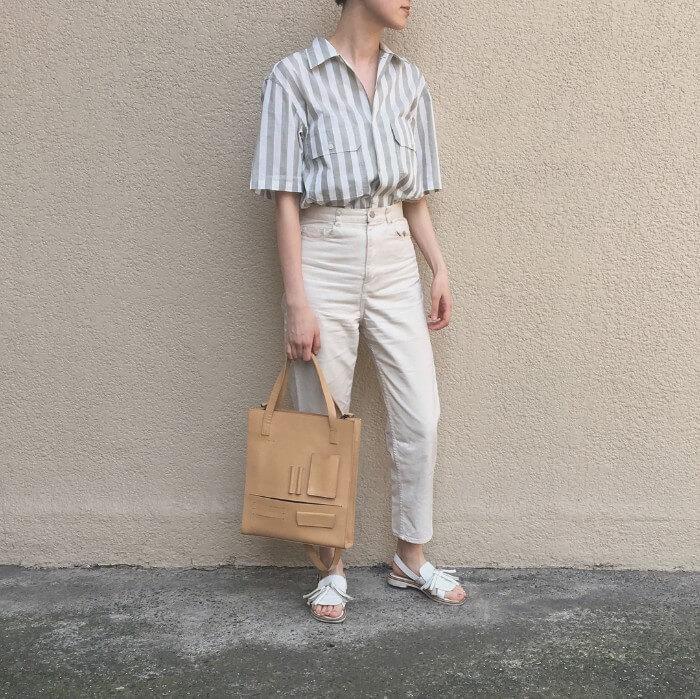 太ストライプ水色シャツ×白デニムのコーデ画像