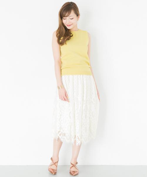 レモンイエロー ノースリーブ×白ギャザーレーススカート×ブラウンゴールド クロスサンダルのコーデ画像