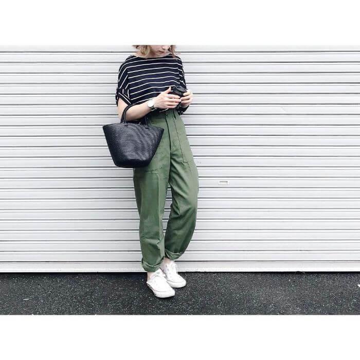 ボーダーTシャツ×カーキハイウエストパンツのコーデ画像