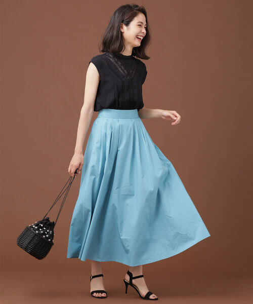 スカイブルーマキシスカート×黒ノースリーブブラウスのコーデ画像
