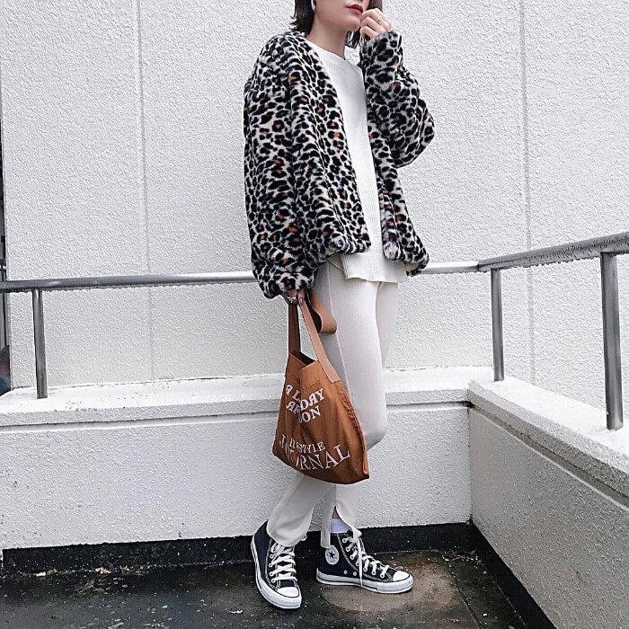 レオパードジャケット×白ロンT×スリットレギンスのコーデ画像