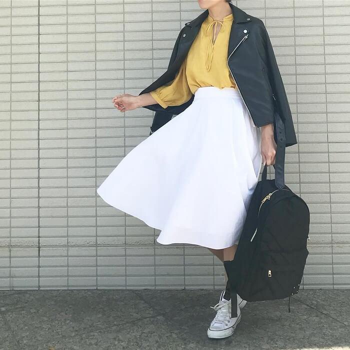 白フレアスカート×白スニーカーのコーデ画像