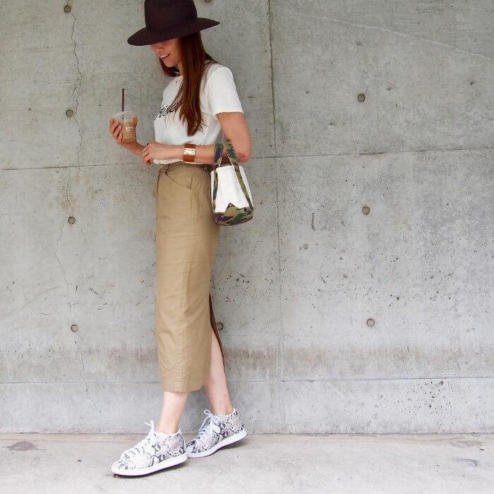 ベージュチノロングタイトスカート×トレンドカジュアルのコーデ画像