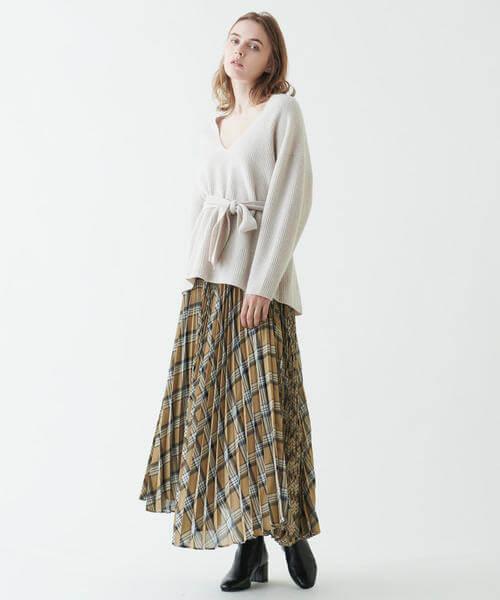 イエローのチェックプリーツスカート×ざっくりニットのコーデ画像