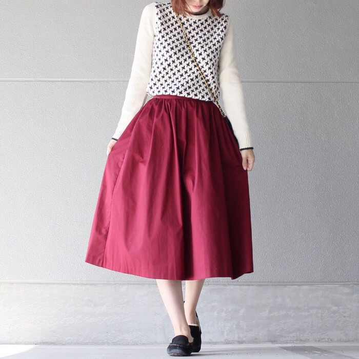 白セーター×赤スカートのコーデ画像