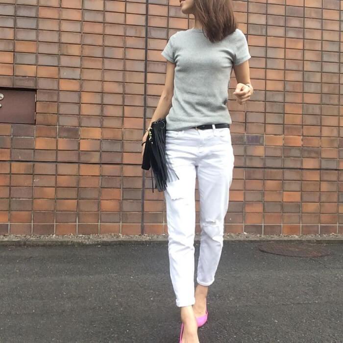 グレーTシャツ×白デニム×ピンクパンプスのコーデ画像