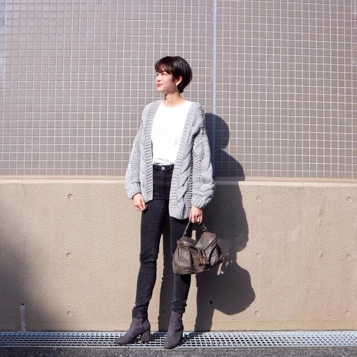 黒スキニー×グレーのブーツのコーデ画像