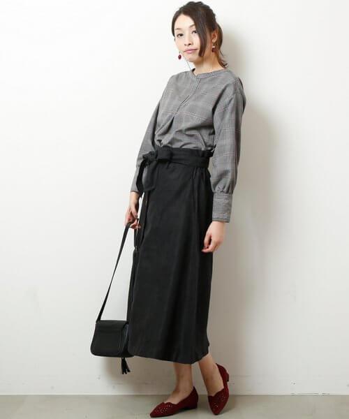 グレンチェックシャツ×黒ロングスカートのコーデ画像