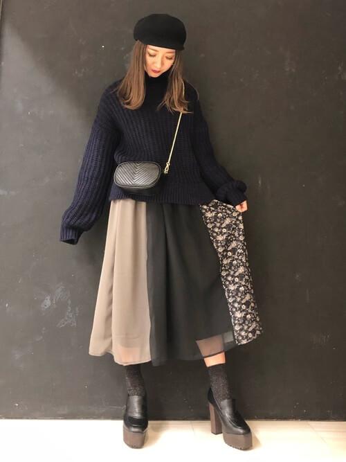 黒厚底ローファー×黒ラメ靴下×フレアスカートの靴下コーデ画像