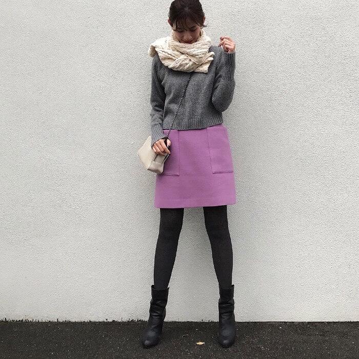 ミニ丈ピンクスカート×黒タイツのコーデ画像