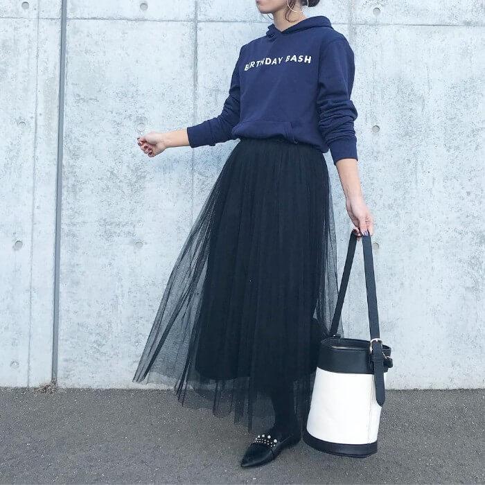 ネイビーパーカー×黒シフォンロングスカートのコーデ画像