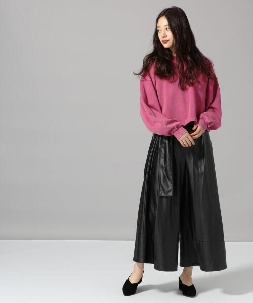 ローズピンクのスウェット×レザースカートのコーデ画像