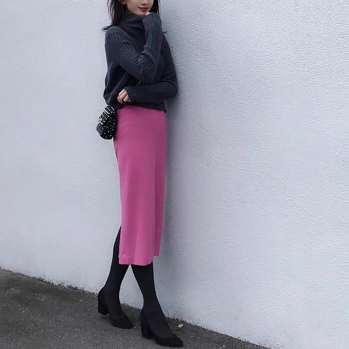 ピンクロングタイトスカート×グレータイツのコーデ画像