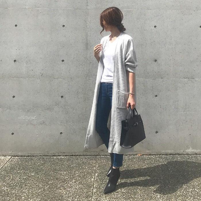 グレーロングカーディガン×白Tシャツ×デニムスキニーパンツのコーデ画像