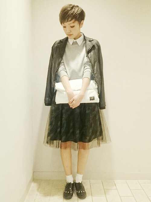 ライダースジャケット×カモフラチュールスカートの大人コーデ画像