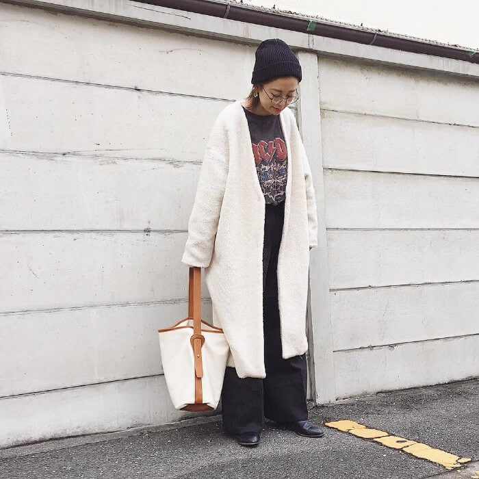 黒ニット帽×白ボアロングコートのコーデ画像