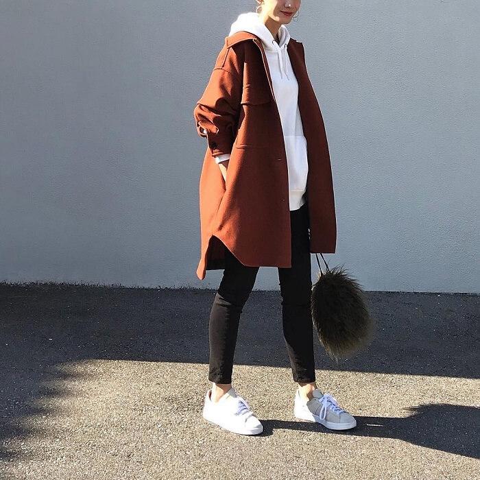 白スウェットパーカー×黒スキニー×茶色コートのコーデ画像