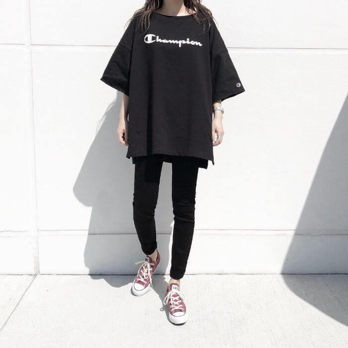 黒Tシャツ×黒スキニー×赤(えんじ)コンバースのコーデ画像