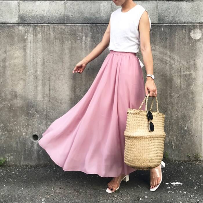 くすみピンク色フレアスカート×白トップス×カゴバッグ×クリアサンダルのコーデ画像