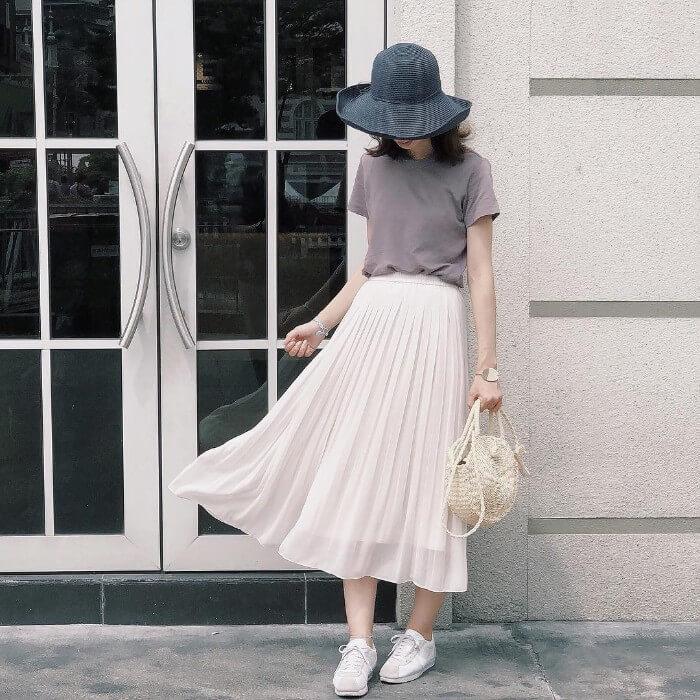 グレーTシャツ×白プリーツスカートのコーデ画像