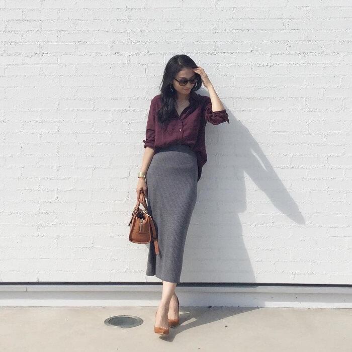 ボルドーシャツとダークグレースカートのコーデ画像