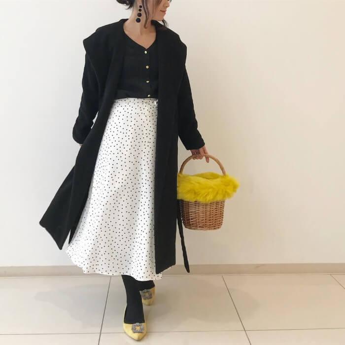 黒×白フレアスカートのコーデ画像