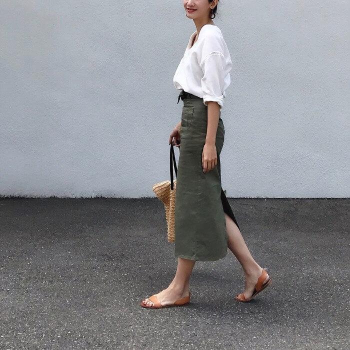 デコルテ見せ&タイトスカートでフェミニンにしたコーデ画像
