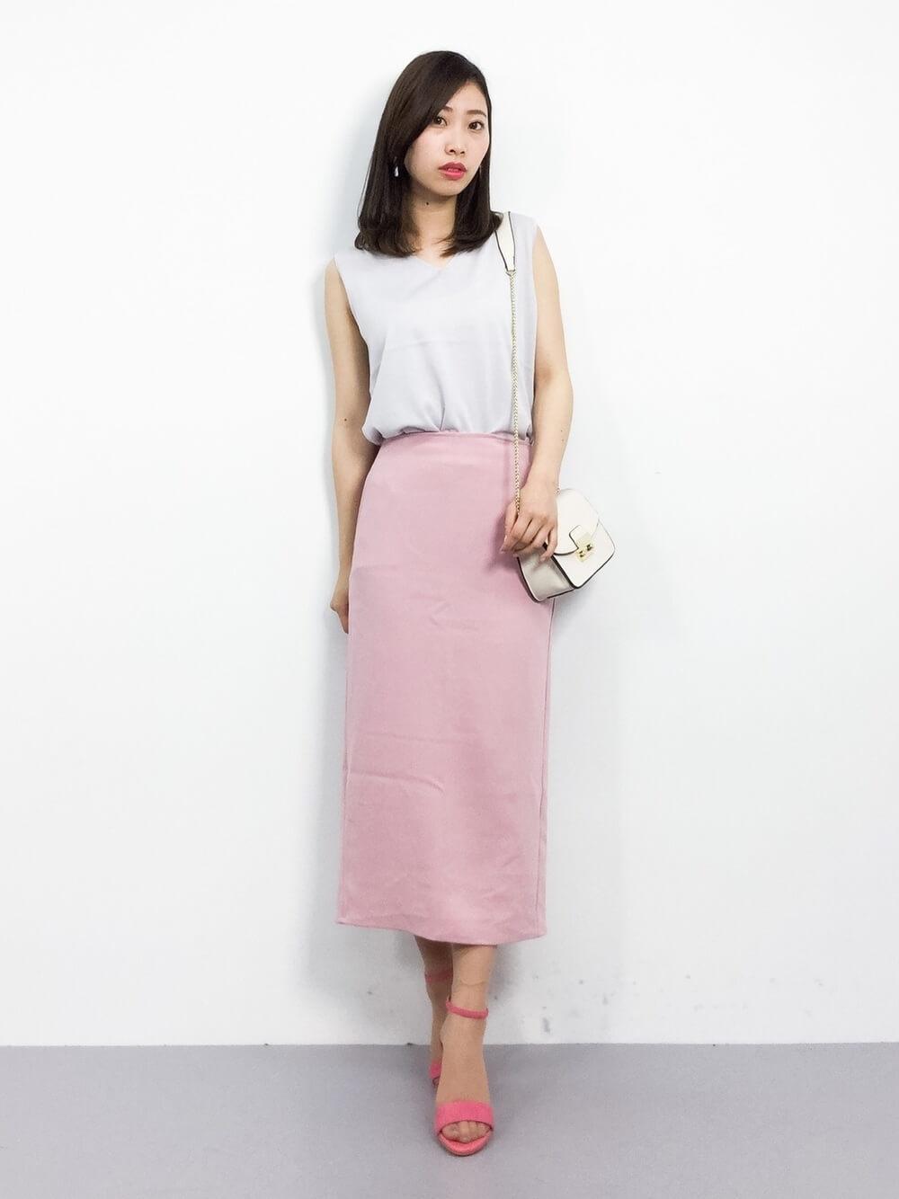 白トップスとピンクタイトスカートのコーデ画像