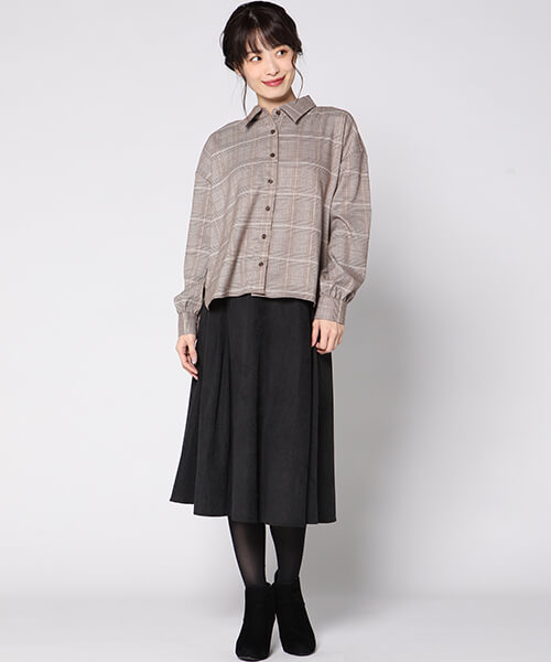 グレンチェックシャツ×黒フレアスカートのコーデ画像