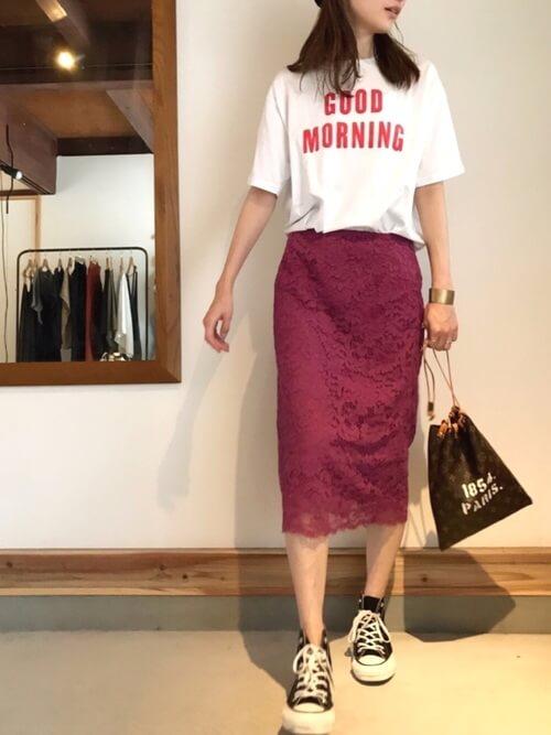 パープルレースタイトスカート×ロゴTのコーデ画像