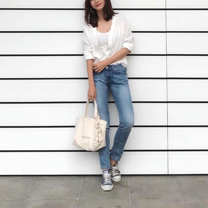 白シャツ×アイスブルースキニーデニムのコーデ画像