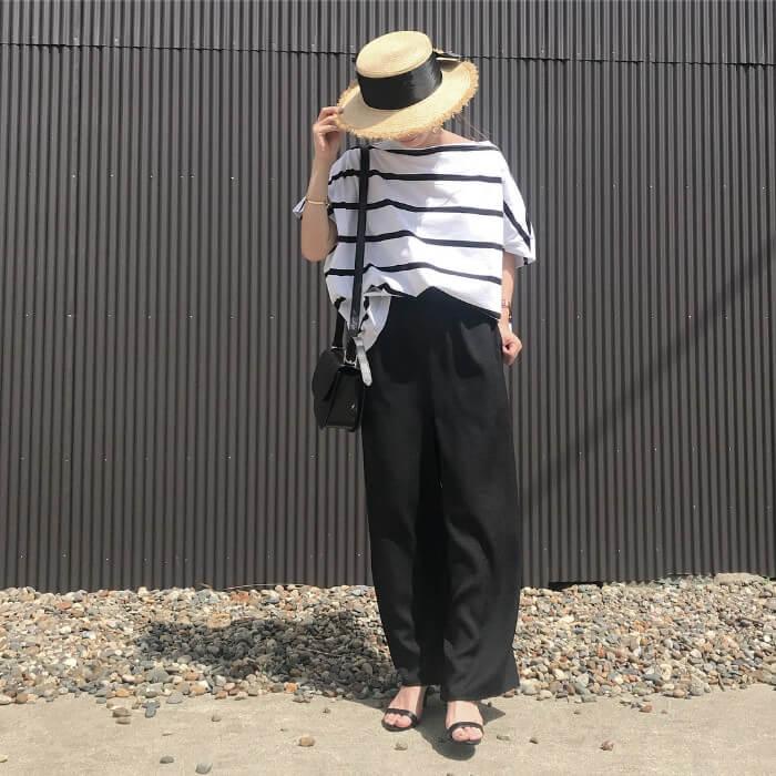 カンカン帽×ボーダーT×黒ワイドパンツのコーデ画像