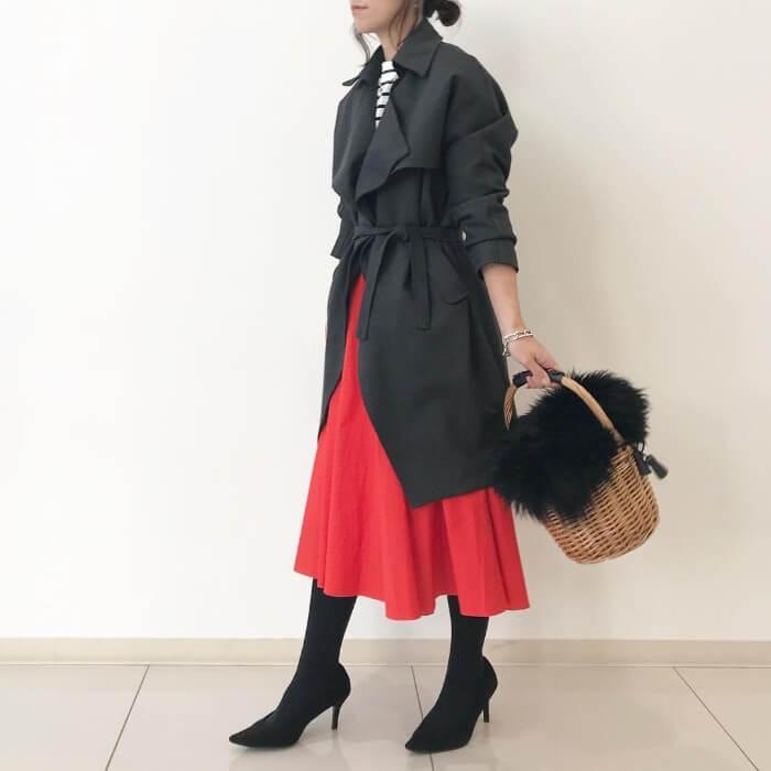 黒トレンチ×赤スカートのコーデ画像