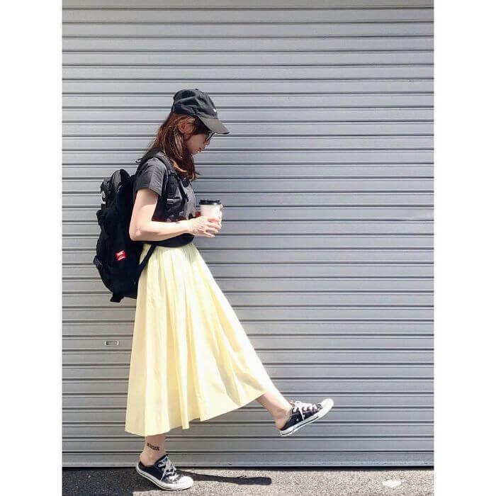 黒T×イエローフレアスカートのコーデ画像