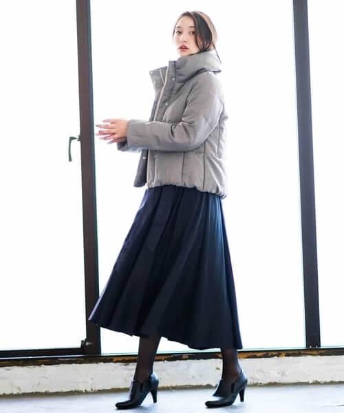 ネイビーフレアスカート×グレーダウンジャケットのコーデ画像