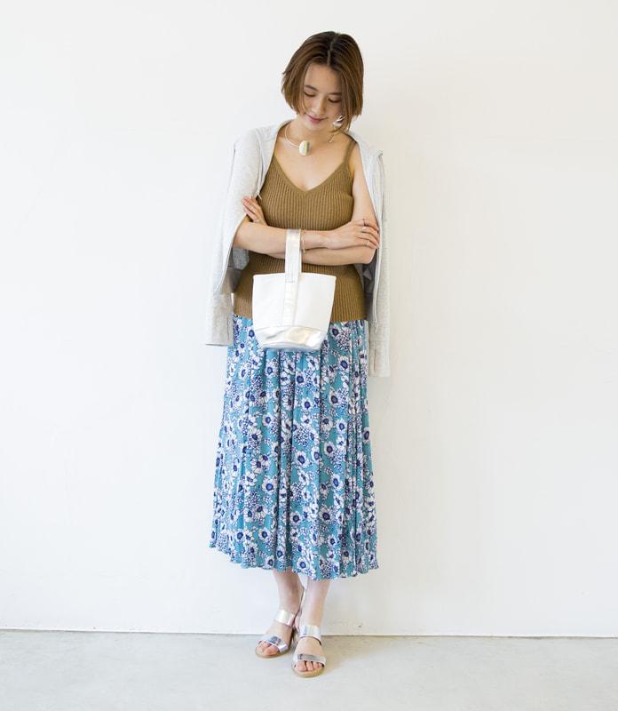 柄スカート+UVパーカーのコーデ写真