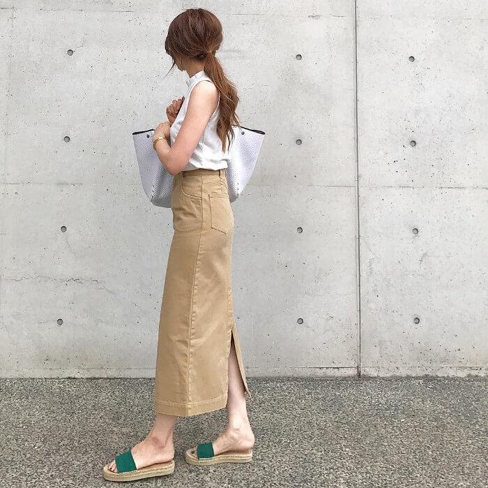 ベージュのスリットロングスカートと白トップスのコーデ画像