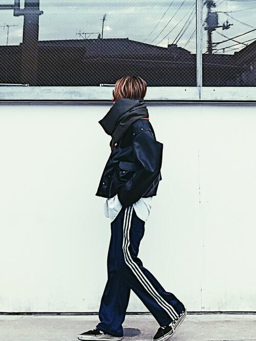 黒ライダースジャケット×ジャージパンツのコーデ画像