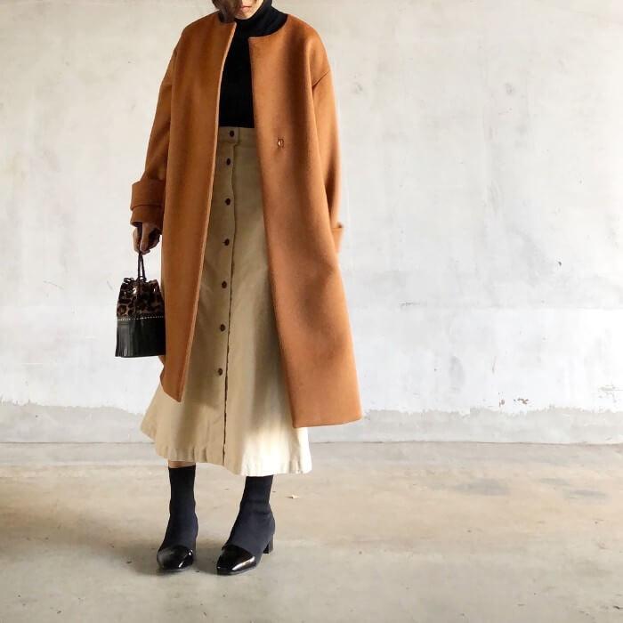 オレンジノーカラーコート×ベージュフロントボタンスカートのコーデ画像