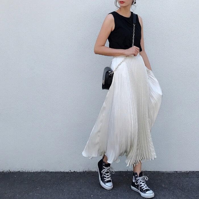 白プリーツスカート×黒アイテムのコーデ画像