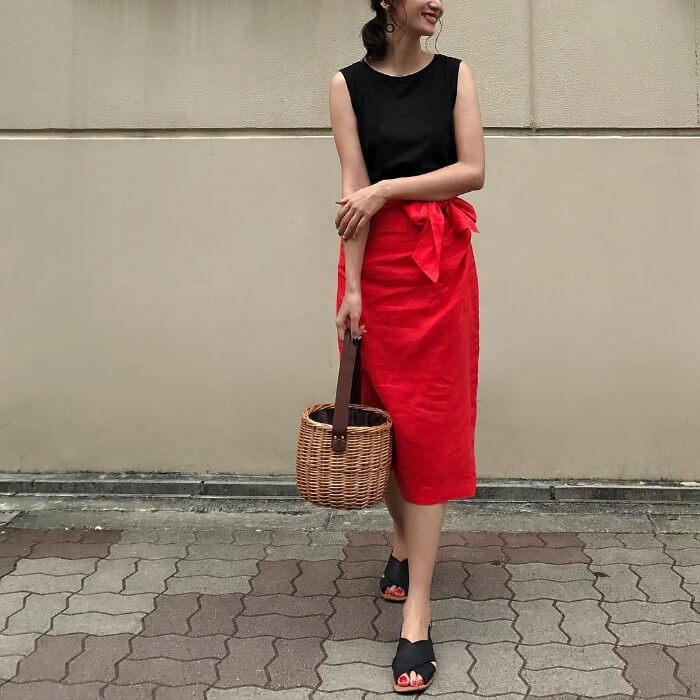 黒ノースリーブ×赤スカートのコーデ画像