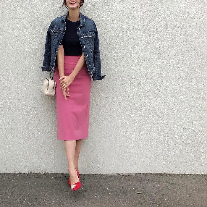 ピンクタイトスカートとデニムジャケットのコーデ画像