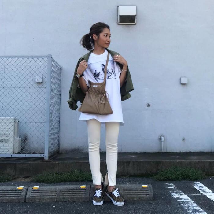 白Tシャツ×白リブレギンス×スニーカーのコーデ画像