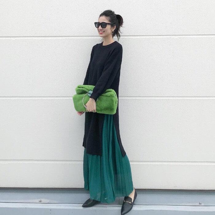 黒ロングカットソー×グリーンロングプリーツスカートのコーデ画像