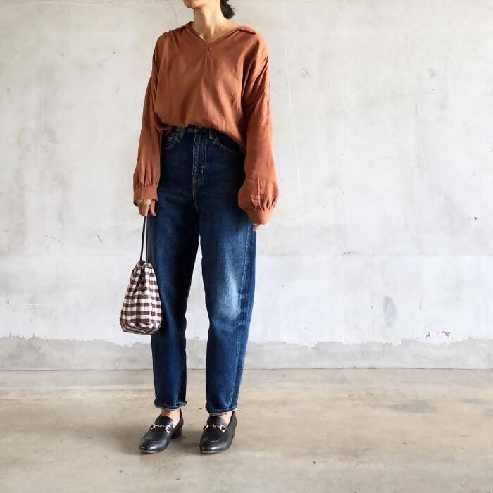 キャメルシャツ×ジーンズのコーデ画像