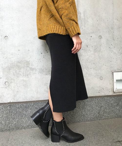 ニットスカート×スタッズ付きサイドゴアブーツのコーデ写真