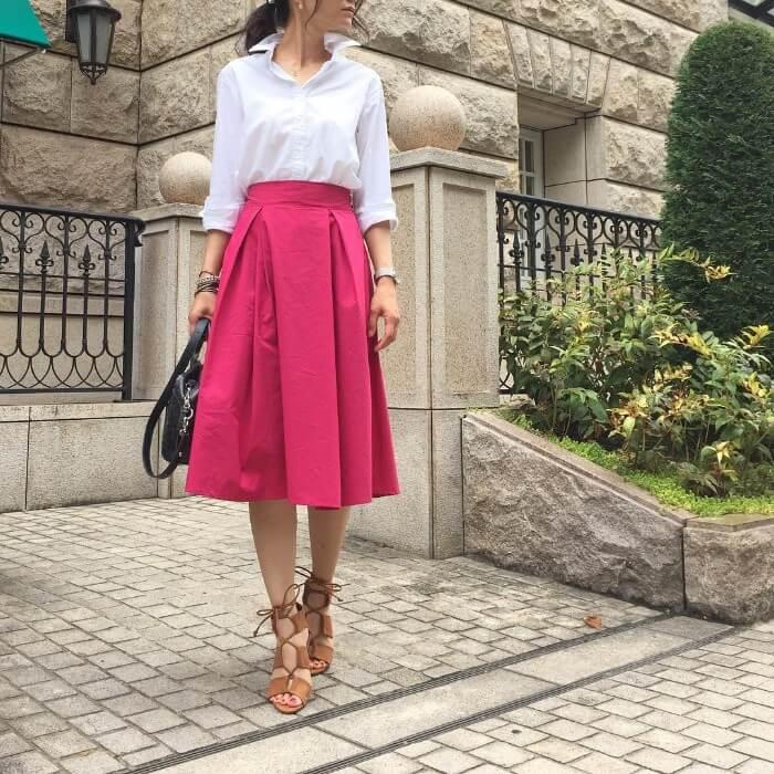 ピンクのタックフレアスカート×白シャツのコーデ画像