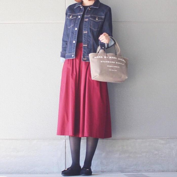 黒カットソー×赤スカートのコーデ画像